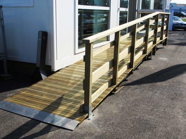 rampe avec accès pmr en bois